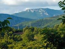 Foresta della montagna rocciosa e cielo nuvoloso Immagine Stock Libera da Diritti