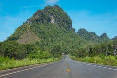 Foresta della strada campestre in Tailandia Immagini Stock