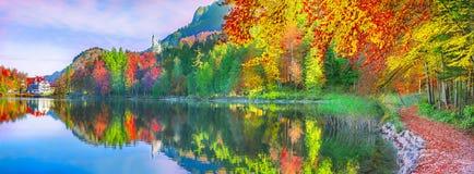 Foresta di autunno riflessa nel lago dell'acqua Immagini Stock Libere da Diritti