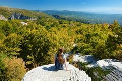 Foresta di pietra d'esplorazione turistica femminile, formazione rocciosa naturale, creata dagli strati multipli della pietra, si fotografia stock libera da diritti
