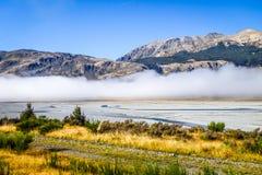Foresta e fiume gialli in montagne della Nuova Zelanda Fotografia Stock Libera da Diritti