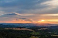 Foresta e montagne di verde del paesaggio di tramonto di estate Fotografia Stock