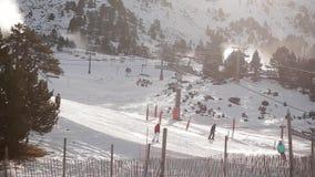 Foresta e sciatori della neve su un ascensore di sci Andorra stock footage