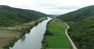 Foresta, fiume e terreno agricolo la vista dall'aria video d archivio