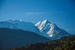Foresta, paesaggio alpino e cielo blu in San-Gervais-Les-Bains Fotografie Stock