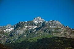 Foresta, paesaggio alpino e cielo blu in San-Gervais-Les-Bains Immagini Stock Libere da Diritti