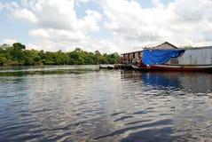 Foresta pluviale di Amazon - spedizione della canoa al fiume vicino a Manaus, Brasile Sudamerica Immagine Stock Libera da Diritti