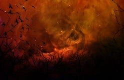 Foresta strana e lugubre della siluetta in cielo notturno arancione Fotografie Stock Libere da Diritti