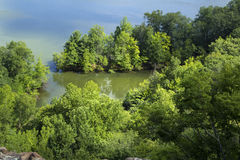 Forested shoreline, Hart Pond från kant av det trasiga berget, Connecticut royaltyfria foton