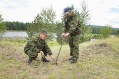 Forester растет дерево Фермеры засаживают деревья Стоковое Фото