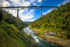Foresthill bro i kastanjebruna Kalifornien, denmest högväxta bron i USA och ställningar över den amerikanska floden Royaltyfria Bilder