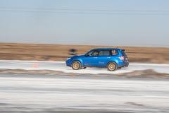 Forestier bleu de subaru sur la voie de glace Photographie stock libre de droits