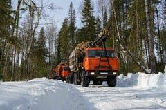 forestry Caminhões carregados com a madeira no tempo de inverno fotos de stock royalty free