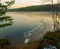 Forestsee mit Eis im Herbst Lizenzfreie Stockfotos