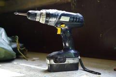 Foret électrique sur une table en bois Photos libres de droits