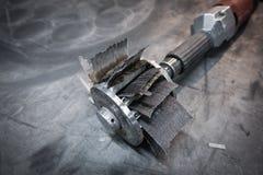 Foret de ponçage industriel avec un disque et un papier sablé de ponçage Photo stock