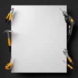 Foret, pinces, marteau et outils de construction sur un noir et blanc Photographie stock libre de droits
