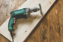 Foreuse avec du bois photographie stock