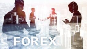 Forex handel drijvend, financiële kaarsgrafiek en grafieken op vage commerciële centrumachtergrond Man en vrouw, silhouetten royalty-vrije stock fotografie