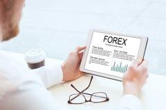 Forex, zakenmanlezing over wisselmarkt stock foto