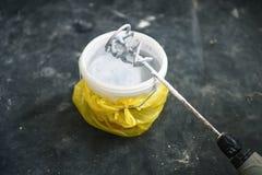 Forez le mélangeur à pales sur un seau avec la peinture blanche Image libre de droits