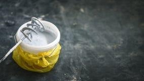 Forez le mélangeur à pales sur un seau avec la peinture blanche, bannière, copyspace Photographie stock libre de droits