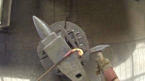 Forge à fonte dans le forgeron avec le Hummer de forgeron de main Tiré pris de l'appareil-photo sur la tête banque de vidéos
