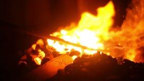 Forge éclatant en flammes dans un forgeron Workshop banque de vidéos