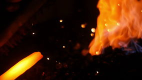 Forge épées avec des étincelles du feu banque de vidéos