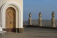 Forged a arqué la porte dans le château dans l'allée Images libres de droits