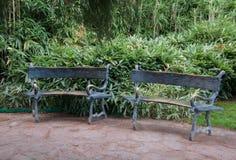 Forged ławka w egzotycznym parku Obrazy Royalty Free