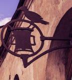 Forged signboard z ptakiem na wsporniku przybijającym drzwi Obrazy Stock