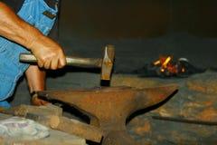 Forgeron à la forge Image stock