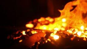 Forgeron Crafting Using une forge chaude brûlante banque de vidéos