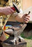 Forgeron effectuant des fers à cheval Images stock