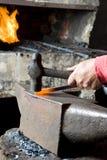 Forgeron Hammering un acier Photographie stock