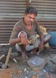 Forgeron noir dans un szene du marché dans l'Inde Images libres de droits
