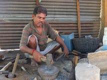 Forgeron noir dans un szene du marché dans l'Inde Image stock