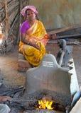 Forgeron noir dans un szene du marché dans l'Inde Photos libres de droits