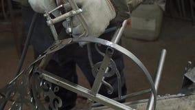 Forgeron Polishes Metal Products utilisant une machine de meulage banque de vidéos