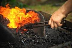 Forgeron réchauffant le fer Photo libre de droits