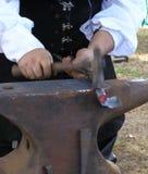 Forgeron - tache floue de mouvement sur le marteau Photo stock