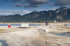 Forggensee vazio com veículo da construção e casa do toalete Foto de Stock Royalty Free
