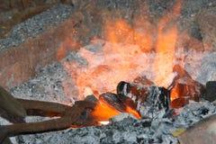 Forgia e fuoco caldi   immagini stock