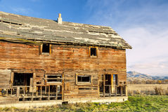 Forgotten rotting homestear and mountain range Royalty Free Stock Photography
