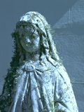 Forgotten saintly statue in repose Royalty Free Stock Photos