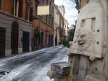 Forground eines Details der Marmorkünstler ` Brunnen zu Margutta-Straße nach Rom mit dem Schnee Th-römisches Forum Stockfoto