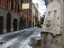 Forground van een detail de marmeren Kunstenaars` Fontein aan Margutta-straat aan Rome met de sneeuw Roman Forum van Th Stock Foto