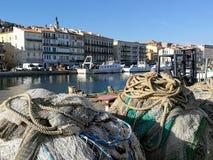 Forground van twee stapels van visnetten op het kanaal van de stad van Sète in Frankrijk Royalty-vrije Stock Fotografie