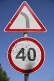 Fori di pallottola sul segnale stradale limite di velocità fotografia stock libera da diritti